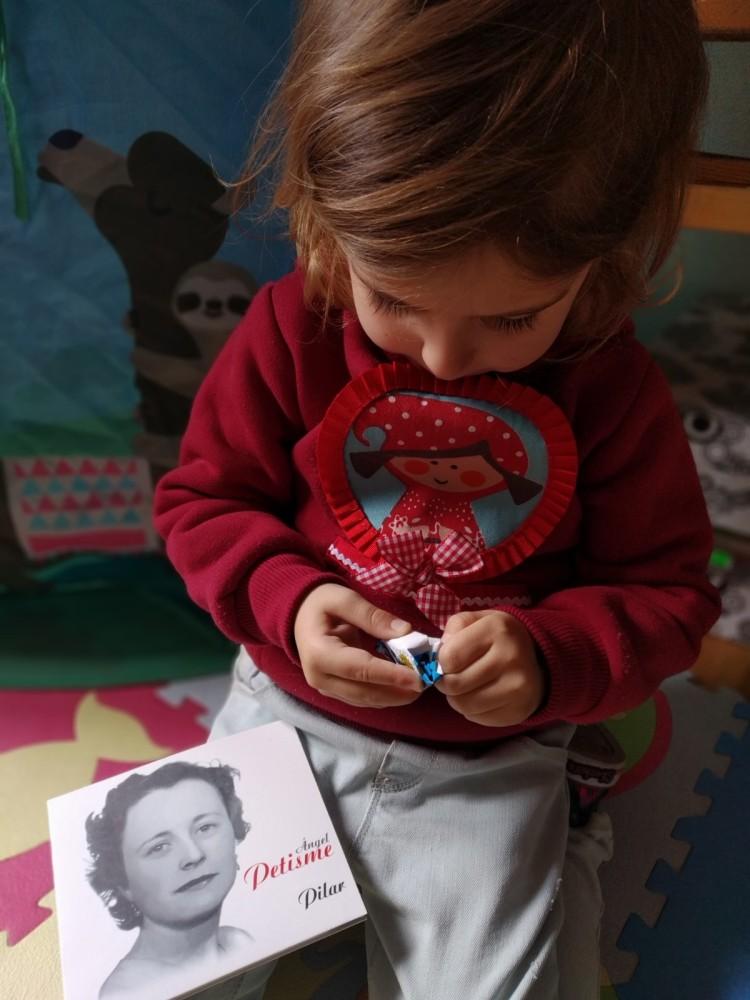Teresa Castañón y Adri (Burgos)Teresa Castañon y Adri (Burgos) Adri desenvuelve un caramelo de la Pilarica para ofrecérselo a su mami.  Pilar desde el regazo nos renueva y nos da alas para la crianza y la ternura.jpg